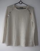Sweter z ozdobami i błyszczącą nitką