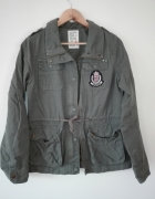 Zielona kurtka w militarnym stylu