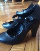buty czarne z paseczkiem i guziczkiem