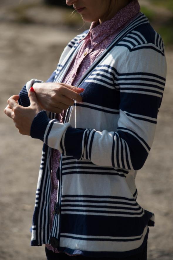Rozpinany sweterek w paski SM...