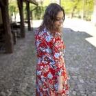 sukienka w kwiaty i srebrne dodatki