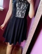 Sukienka rozkloszowana z koronkową wstawką XS S