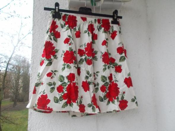 Rozkloszowana czarna spódnica w róże HM w Spódnice Szafa.pl