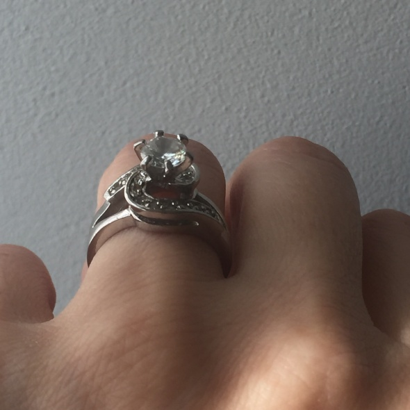 W kolorze srebrnym posrebrzany pierścionek z cyrkoniami Zaręczynowy