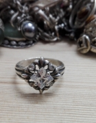 śliczny srebrny pierścionek z cyrkoniami lilijki srebro próby 925