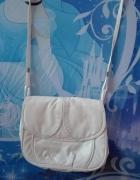 Biała torebka listonoszka...