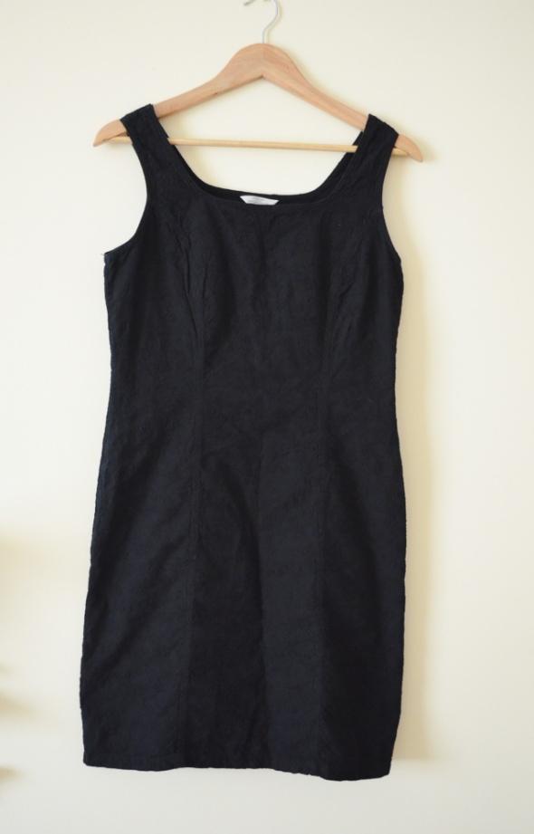 Dopasowana czarna tłoczona sukienka 38 40...