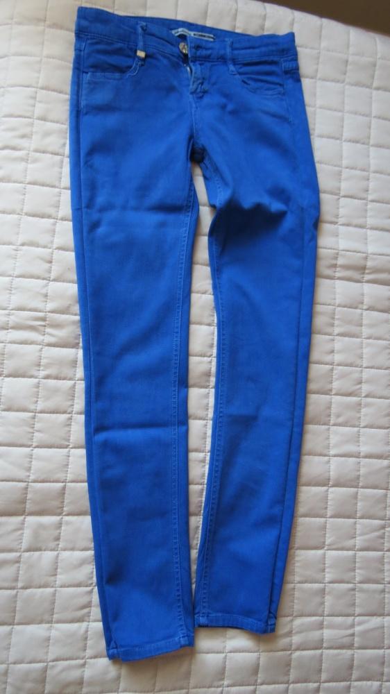 kobaltowe spodnie na lato