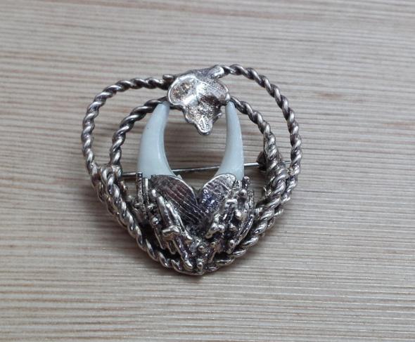 srebrna broszka kły lisa
