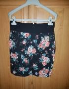 czarna spódniczka w kwiatki