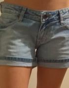 jasne spodenki jeansowe Pimkie...