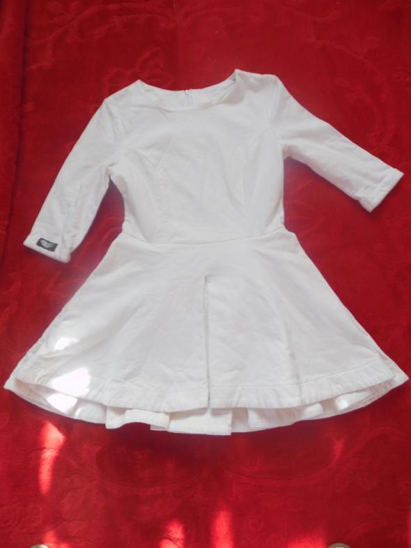 Śliczna rozkloszowana sukienka 38