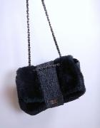 piękna torebka chanelka quazi z futerkiem na długim pasku łańcuszku