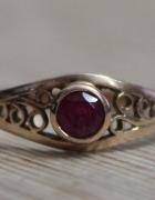 złoty 14 karatowy pierścionek z rubinem złoto próby 583