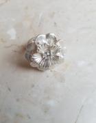 Pierścionek biały kwiat NEXT na żyłce
