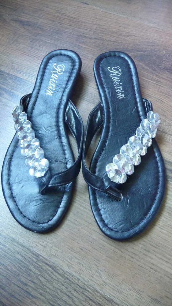 buty klapki japonki czarne kamyczki