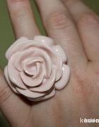 Słodki pudrowo rózowy pierscionek