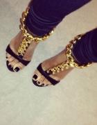 Czarne sandaly ze złotym łańcuchem 36