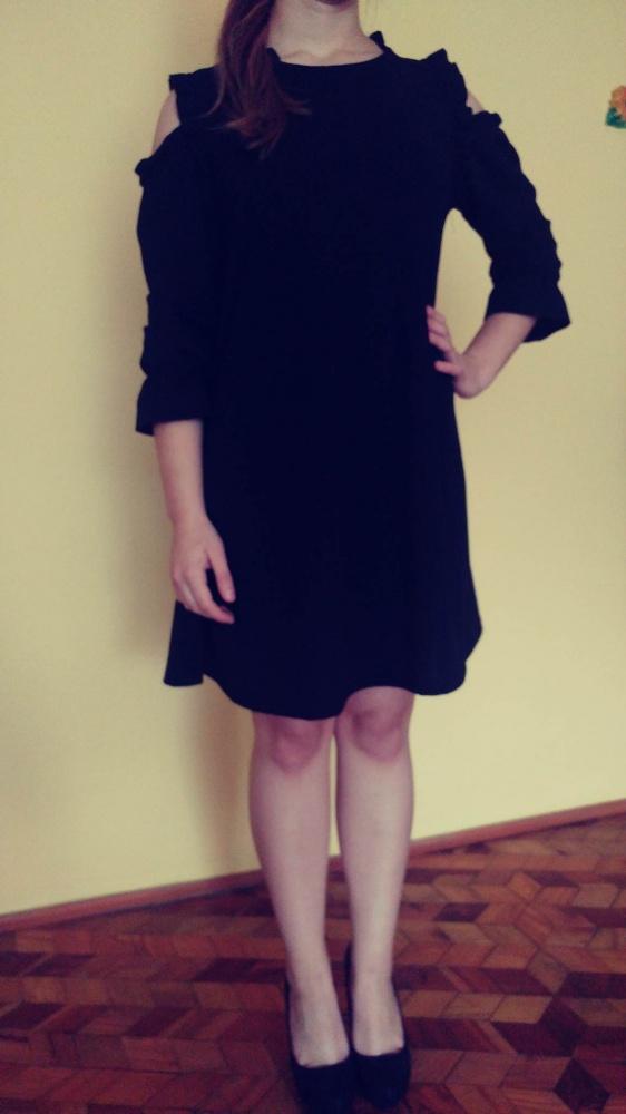 czarna sukienka z wyciętymi ramionami