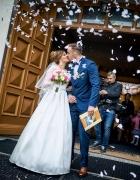 Śmietankowa suknia ślubna z biżuterią sutasz