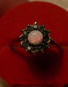 pierścionek z opalem i szmaragdami