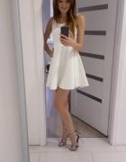 Sukienka biala rozkloszowana