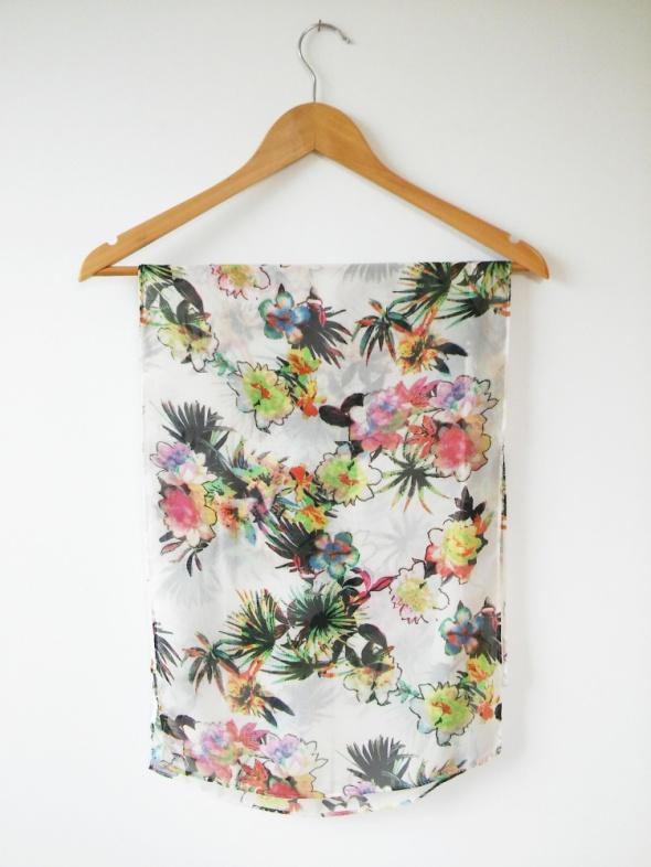 Chusty i apaszki szal apaszka mgiełka ecru w kolorowe kwiaty