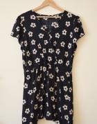Czarna kopertowa sukienka w beżowe kwiatki 48
