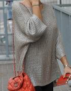 Sweter srebrny o widocznym splocie...