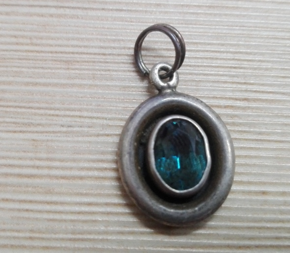 Zawieszki staruteńka srebrna zawieszka z seledynowym oczkiem