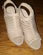 Sandałki na koturnie beżowe