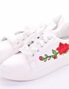 białe trampki róża