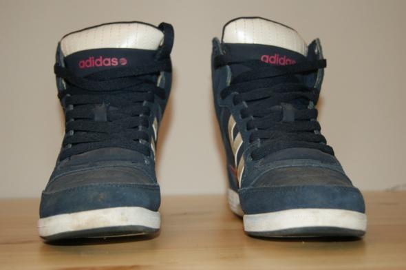 Adiasy na koturnie czyli sneakersy