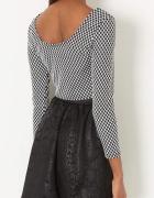 czarny biały crop top krótka bluzka z długim rękawem w stylu tumblr krata kratka pepitka z wycięciem z tyłu z dekoltem na plecach