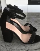Czarne sandały na słupku NEW LOOK...