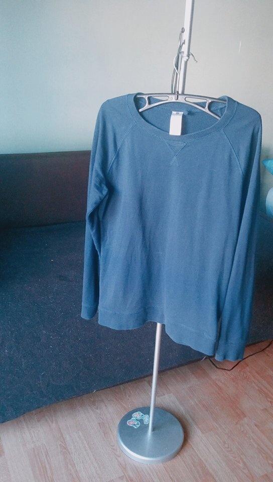 Niebieski cienki sweter