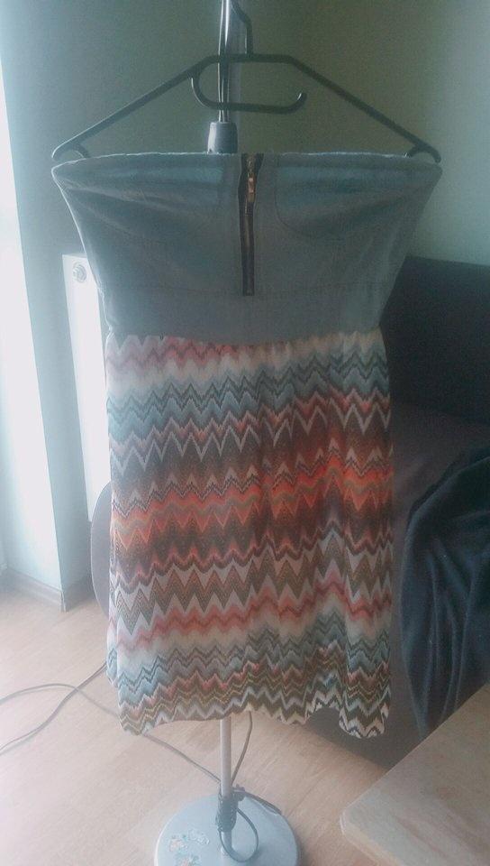 Krótka kolorowa sukienka bez ramiączek