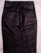 Czarna ołówkowa spódnica z eko skóry