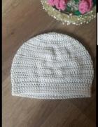 Biała pleciona czapka