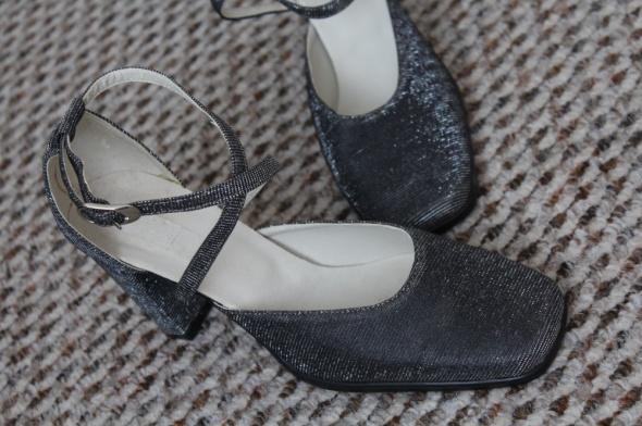 Srebrne pantofle na obcasie vintage new