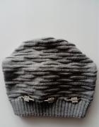 Uniwersalna szara czapka z ozdobami w kolorze srebrnym