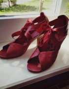 skórzane pantofle czerwone