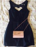 czarna sukienka serce mała czarna wycięcie