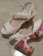 Białe sandały na koturnie i słupku...