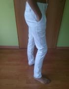 Materiałowe białe spodnie