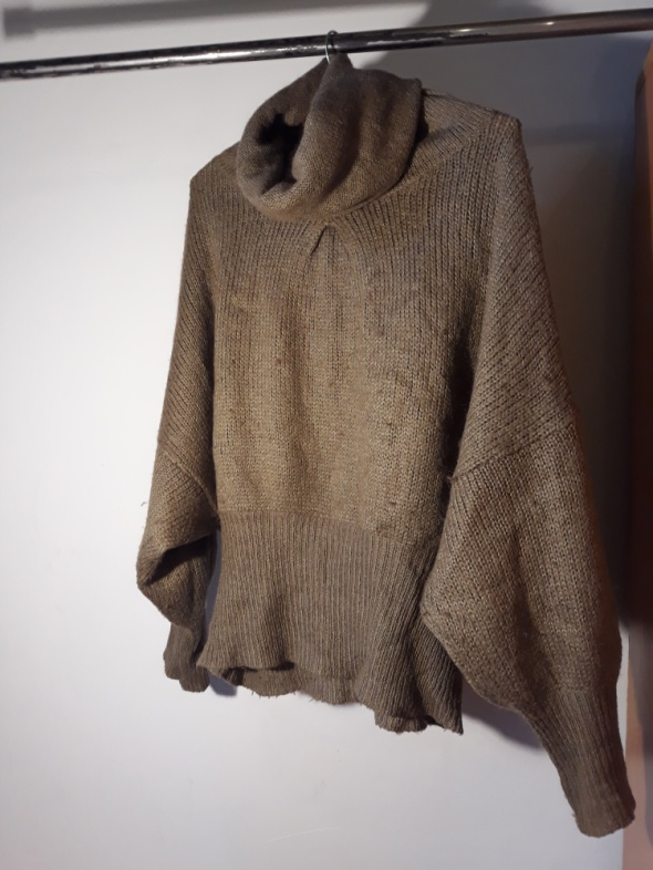 Musztardowy sweter z kominem...