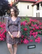 Sukienka w motylki wśród róż