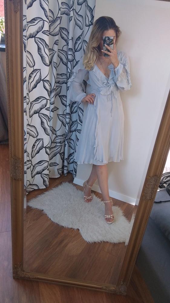 piękna sukienka z falbankami baby blue z głębokim dekoltem