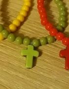 Kolorowe bransoletki z krzyżami
