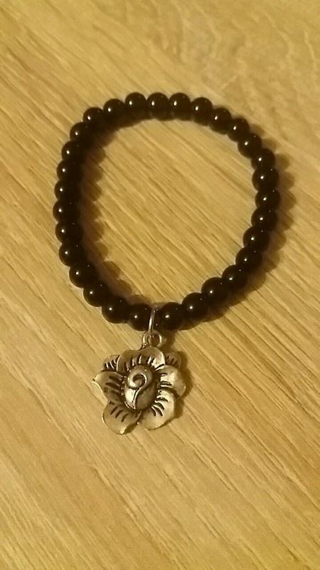 Bransoletki Piękna czarna bransoletka z zawieszką w kształcie róży